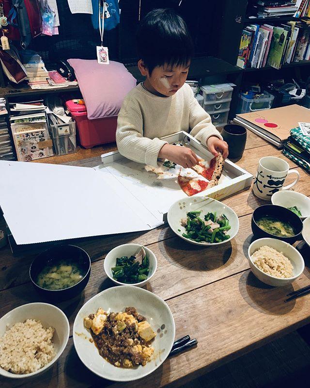 #今日の晩ご飯#玄米#菜の花のおひたしオリーブオイル#菜葉の味噌汁#麻婆豆腐手を動かすと落ち着くね佐和くん昼飯の残り#テイクアウトのピザ#pizzetto