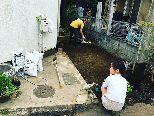 ちょっと掘り起こしてこれから、石敷きますよ!#鉄平石#庭造り#インスタントコンクリートサロンは5/26から営業再開予定^ ^もう少し営業自粛指定都市の皆さまもうひと頑張りしてやりましょう!